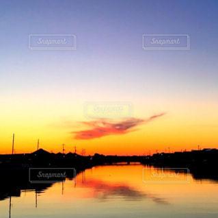 水の体に沈む夕日の写真・画像素材[966040]