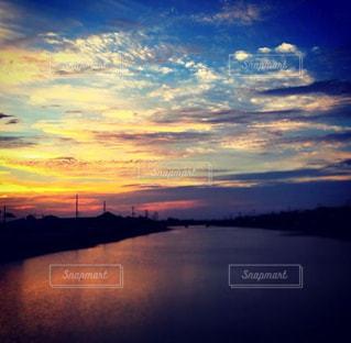 水の体に沈む夕日の写真・画像素材[966043]