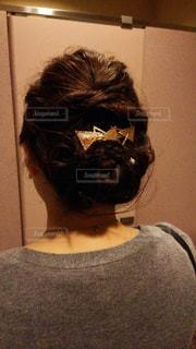 カメラにポーズ鏡の前に立っている人の写真・画像素材[1049606]
