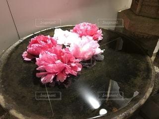 テーブルの上のピンクの花でいっぱいのパンの写真・画像素材[1373814]