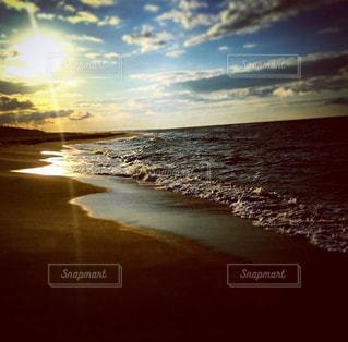 水の体に沈む夕日の写真・画像素材[1386762]