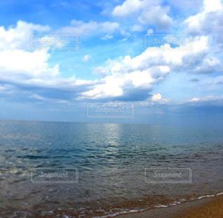 水の体の横にあるビーチの景色の写真・画像素材[1386764]