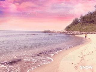 水の体の横にある砂浜のビーチの写真・画像素材[1386768]