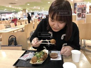 食事のテーブルに座って人の写真・画像素材[1654319]