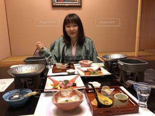 食品のプレートをテーブルに着席した人の写真・画像素材[1654325]