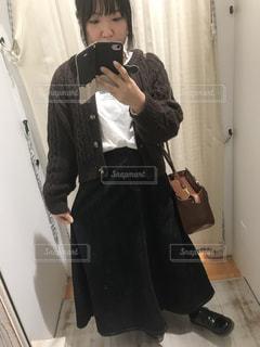 携帯電話を持つスーツとネクタイを着た人の写真・画像素材[2870290]