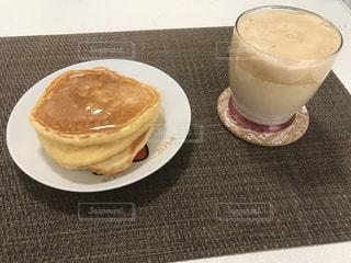 テーブルの上にコーヒーを一杯入れるの写真・画像素材[3211691]