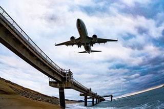 海の上を飛んでいる飛行機の写真・画像素材[3600395]