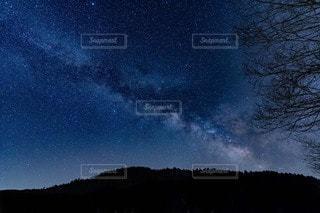 天の川っぽい星空の写真・画像素材[3600402]