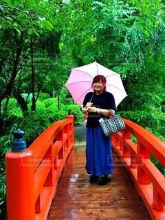カラフルな傘を持っている人の写真・画像素材[3732180]