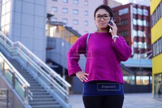 建物の前に立っている女性の写真・画像素材[757152]