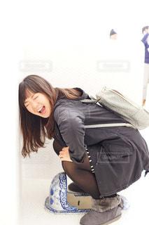 スーツケースの上に座って女性の写真・画像素材[851150]