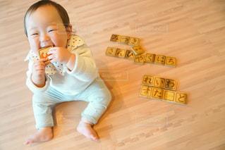 平成生まれの小さな女の子の写真・画像素材[2100844]