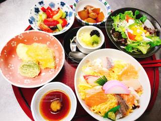 テーブルの上の皿の上に食べ物のボウルの写真・画像素材[757576]
