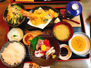 テーブルの上に食べ物の束の写真・画像素材[758035]