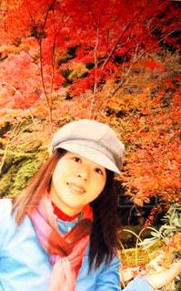 紅葉に晴れるようにコートはブルーの写真・画像素材[772070]
