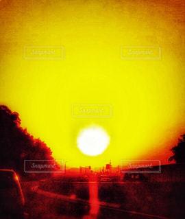 絶景,沈む太陽,福岡から唐津に帰りの道,前が見えない程の夕陽,目が眩む程の夕焼け,福岡から唐津方面の高速道路にて