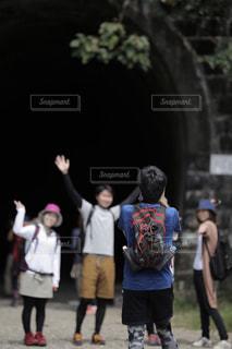 フリスビーのゲームを再生する人々 のグループの写真・画像素材[765928]