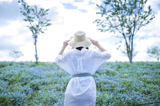 20代,後ろ姿,女子,女の子,人物,背中,麦わら帽子,人,後姿,シャツ,ポートレート,ネモフィラ,日中,夏服,半袖,ネモフィラポートレート