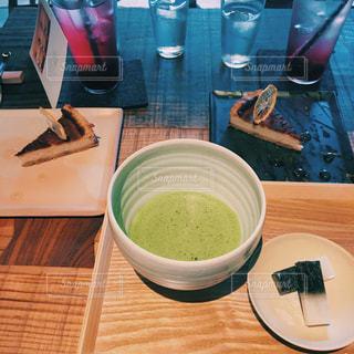 食品や木製のテーブルの上のコーヒー カップのプレートの写真・画像素材[821636]