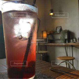 テーブルの上のビールのグラス - No.930127
