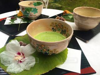テーブルにあるスープのボウルの写真・画像素材[930132]