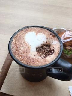 テーブルの上のコーヒー カップの写真・画像素材[1411930]