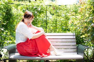 公園のベンチに座っている人の写真・画像素材[1159779]
