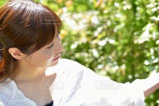 白いシャツの女の写真・画像素材[1159783]