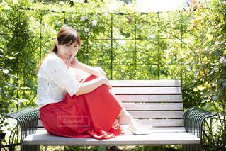 公園のベンチに座っている人の写真・画像素材[1381782]