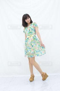 黄色いドレスを着た少女の写真・画像素材[2381017]