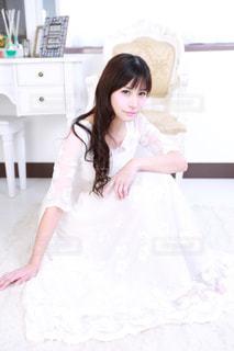 ドレスを着た少女の写真・画像素材[2381047]
