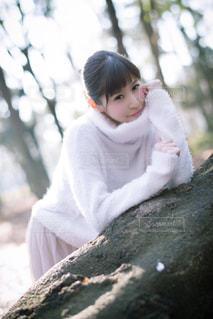 地面に座っている小さな女の子の写真・画像素材[2929734]