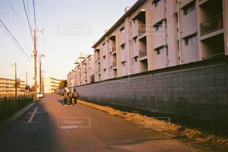 道の端にフォーカスを持つストリート シーンの写真・画像素材[713775]