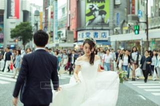 通りを歩く女と男の写真・画像素材[784116]
