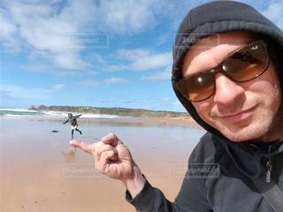 水体で selfie を取ってサングラスをかけている人 - No.782162