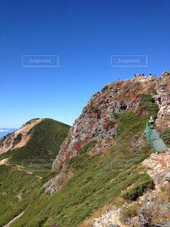 岩が多い丘の上の人々 のグループの写真・画像素材[792469]