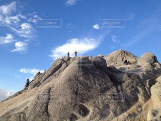 近くに岩山のアップの写真・画像素材[794597]