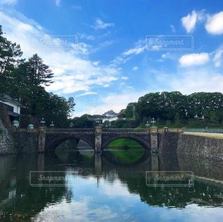 水の体の上を橋を渡る列車の写真・画像素材[816927]