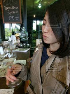 レストランのテーブルに座っている女性 - No.891431