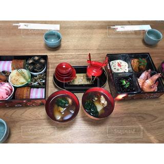 食品のプレートをのせた木製テーブルの写真・画像素材[978738]