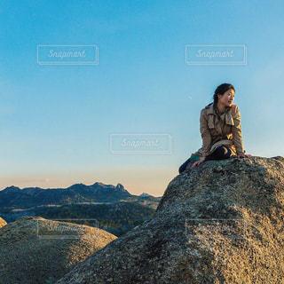 山の上に乗る男の写真・画像素材[1316317]