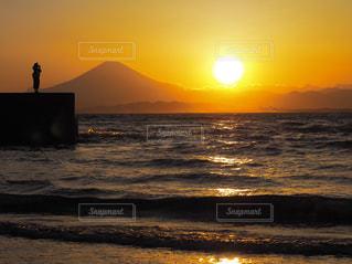 夕日 富士山 海 黄昏る人の写真・画像素材[638609]