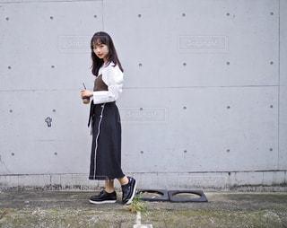 建物の前に立っている女性の写真・画像素材[1024167]
