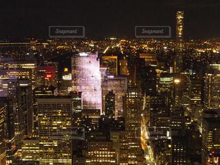夜のライトアップされた街の写真・画像素材[1026032]