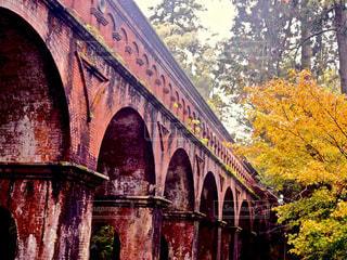 近くの橋の上の写真・画像素材[1052755]