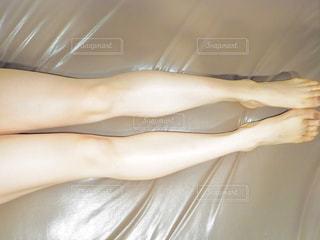 ベッドの上で横になっている人の写真・画像素材[1055432]