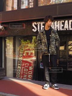 店の前に立っている男の写真・画像素材[1142332]