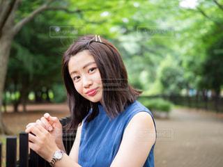 携帯電話を保持している女性の写真・画像素材[1282140]
