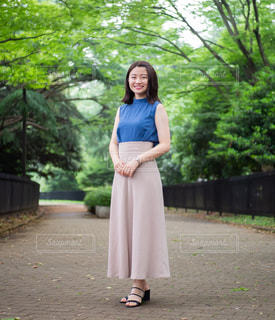 青いドレスを着た女性の写真・画像素材[1282152]